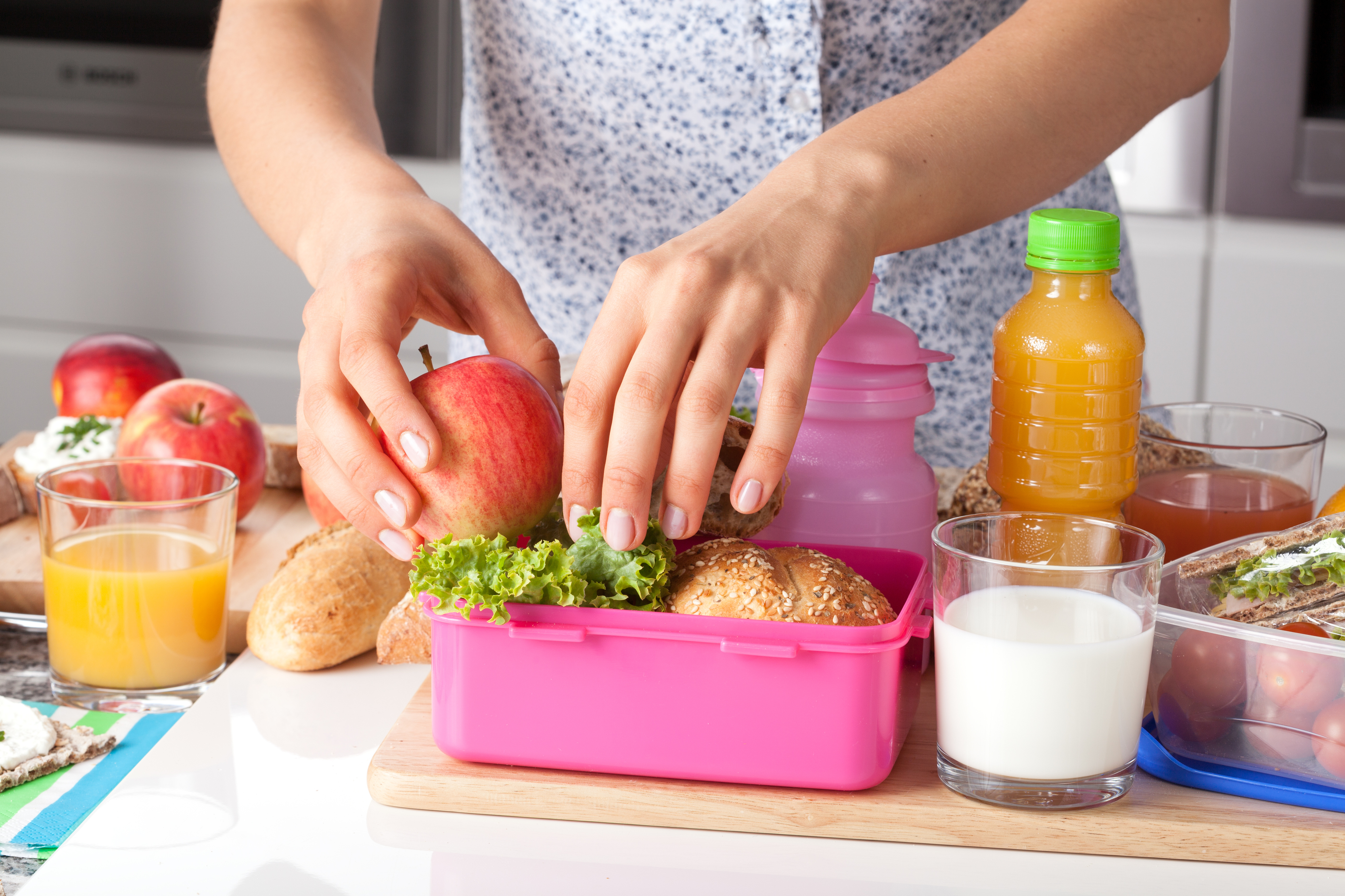 A volta às aulas e sempre época de voltar a se preocupar com o que os filhos comem na escola. Veja dicas para preparar lanches saudáveis para os pequenos!