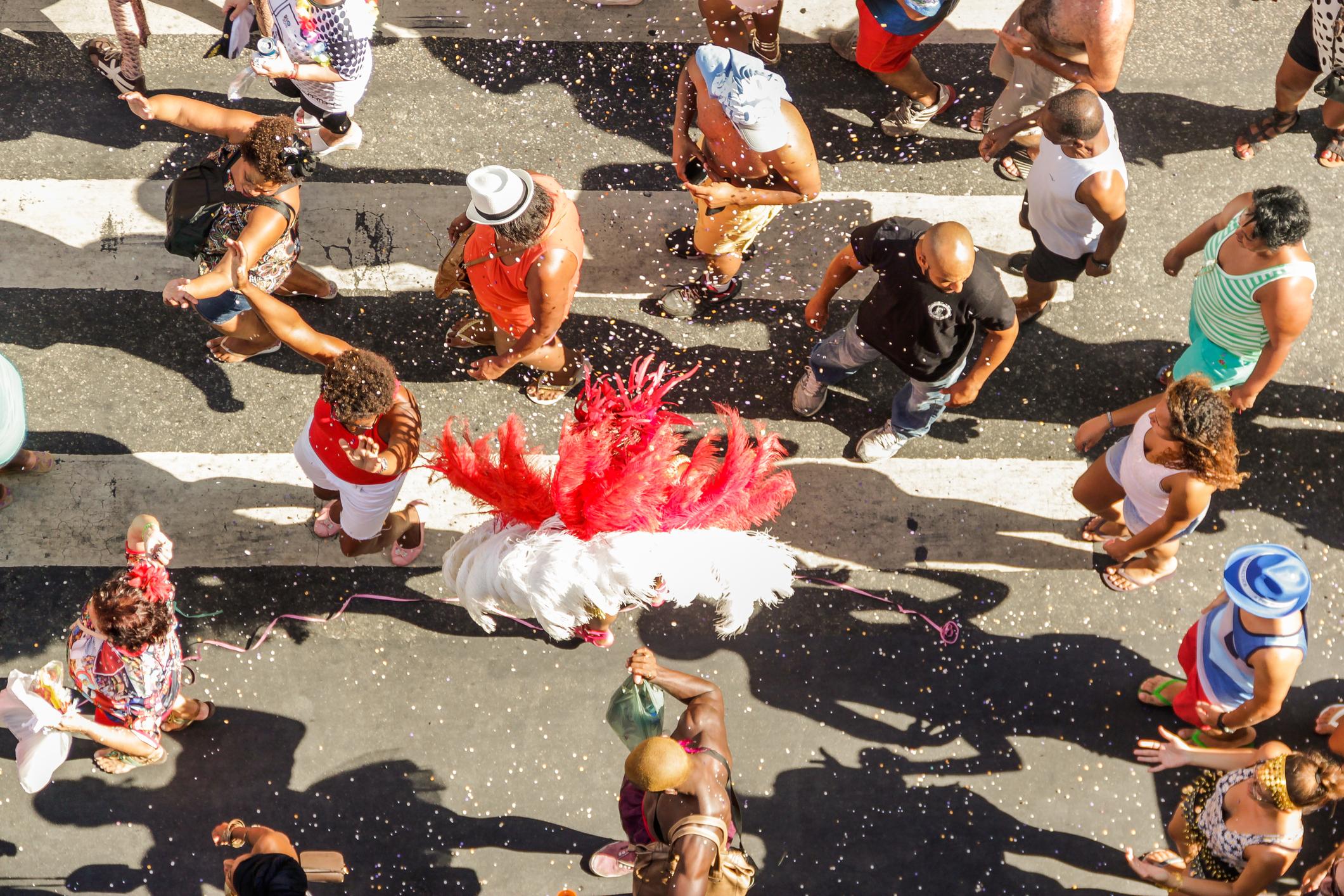 O Carnaval é época de alegria e muita diversão. Nos bloquinhos, é preciso tomar alguns cuidados com a saúde para não desgastar o organismo.