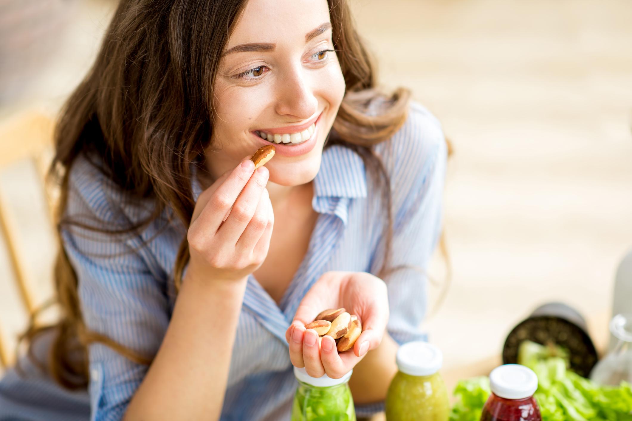 Controlar a fome é fundamental para quem quer emagrecer. Fazer refeições intermediárias entre as principais ajuda a diminuir a fome e melhora o metabolismo.