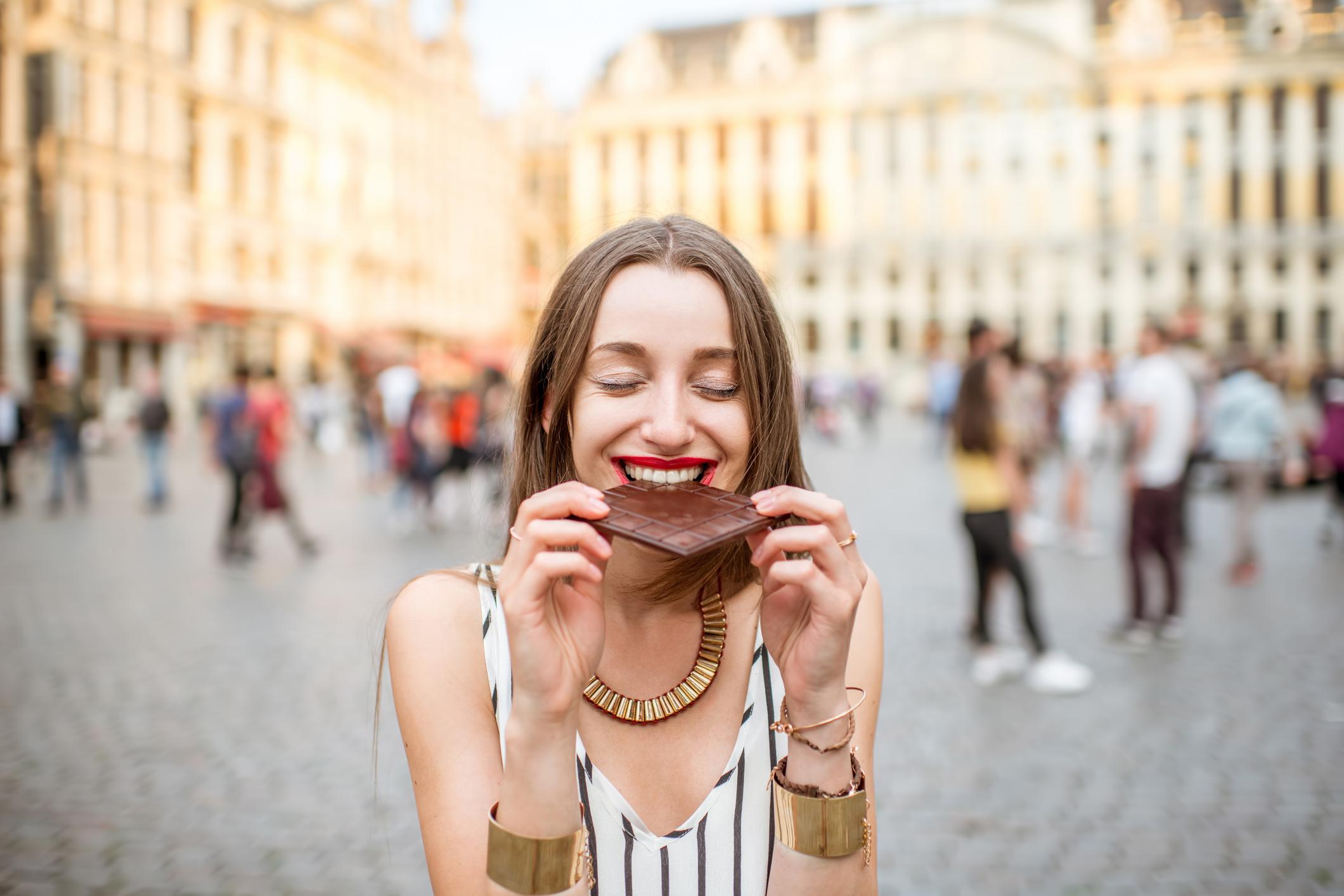 Comer chocolate é delicioso, mas também pode fazer bem à saúde. Confira os tipos de chocolate que podem ajudar o funcionamento do organismo!