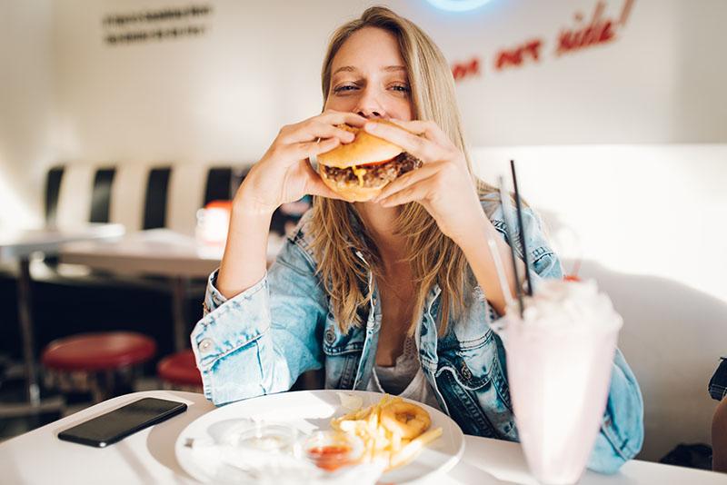 """Muitas pessoas optam por quebrar a dieta em um dia da semana, conhecido como """"dia do lixo"""", será que é um hábito legal para quem deseja emagrecer?"""
