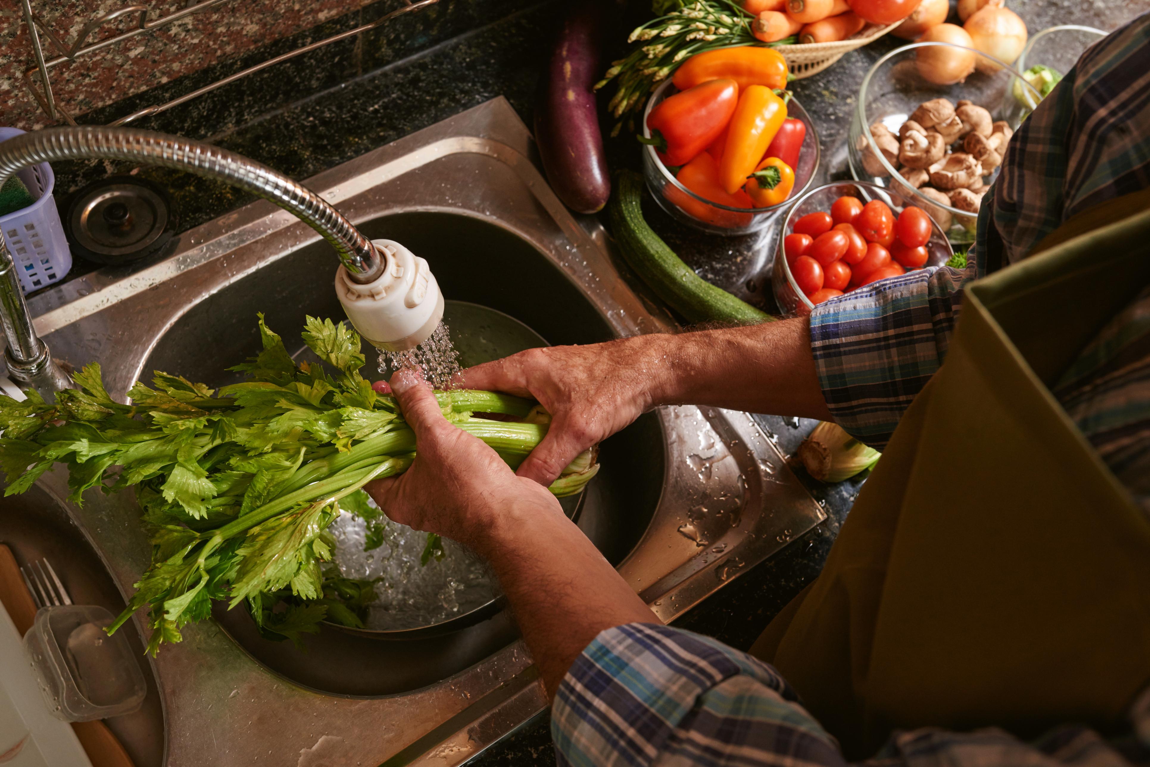 Os cuidados com a alimentação vão muito além das escolhas. O processo de higienização dos alimentos é uma etapa muito importante.