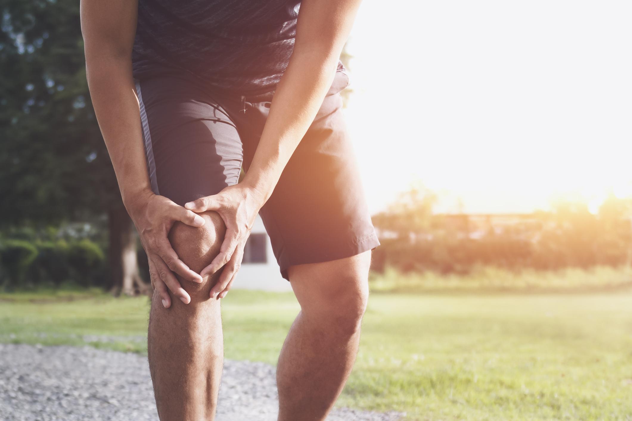 As lesões nos joelhos são constantes em atletas profissionais, principalmente entre os jogadores de futebol, por conta do contato e sobrecarga nessa articulação.