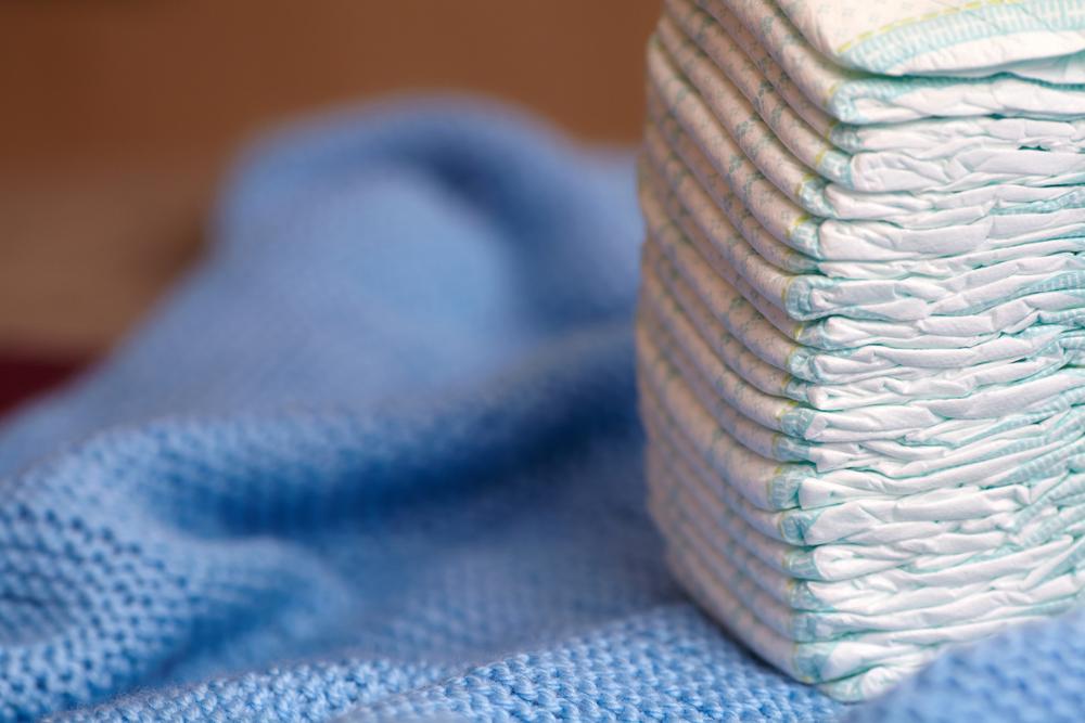 Dentre os itens indispensáveis para o bebê está a fralda descartável que será utilizada por um período indeterminado, já que cada criança tem o próprio tempo para o desfralde.